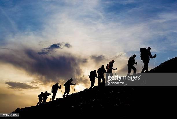 夕暮れのハイキングのシルエット