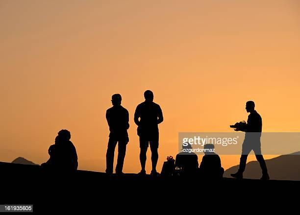 シルエットの人々の夕暮れ時の散歩