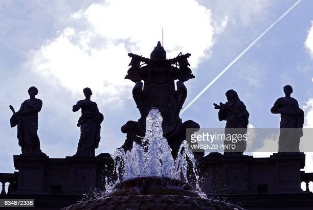TOPSHOT Silhouettes of Saint statues are seen during the Pope Francis' Sunday Angelus prayer on February 12 2017 at the Vatican / AFP / Vincenzo PINTO