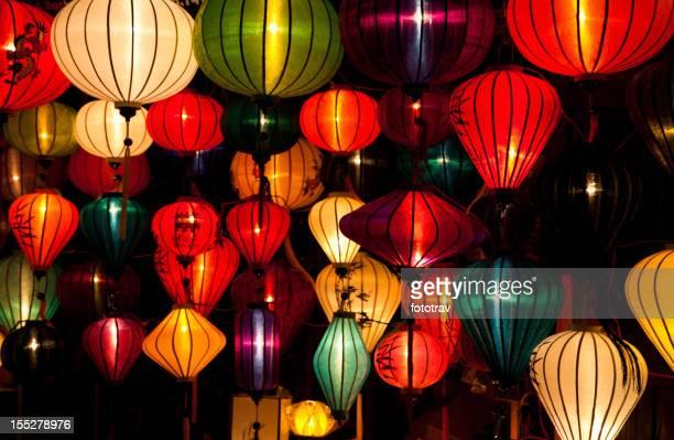 Ses lampes en soie à Hoi An ville, Vietnam