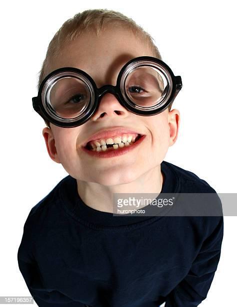 Lustige Junge mit Brille