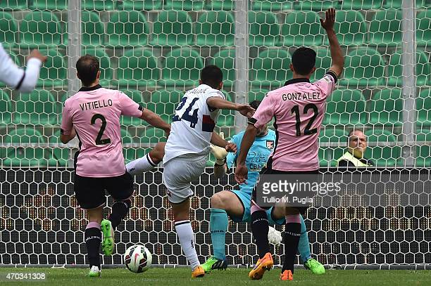 Silva Iago Falque of Genoa scores his team's first goal during the Serie A match between US Citta di Palermo and Genoa CFC at Stadio Renzo Barbera on...