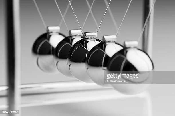 Silver Bälle Newton's cradle hängen in einer geraden Linie.