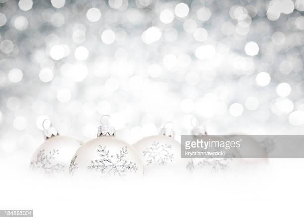 Silber-Kugeln im Schnee und Weiß unscharf christmas lights