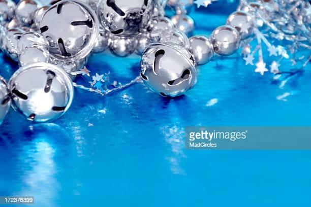 Campane d'argento su sfondo blu