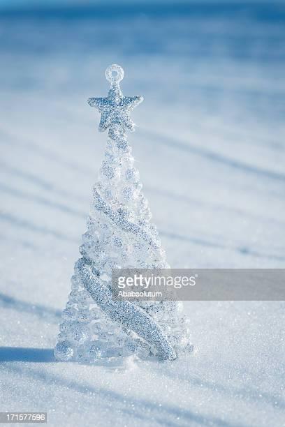 Silber Weihnachtsbaum auf blauem Hintergrund mit Sternen