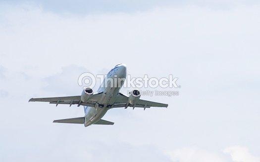 Color Plateado Avión En El Vuelo Foto de stock   Thinkstock