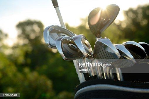 シルバーのゴルフクラブ太陽の光を反映した
