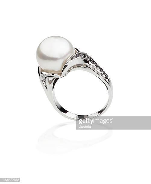 Anello in argento con una collana di perle
