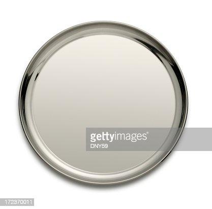 Vassoio d'argento isolato su un bianco backgtound