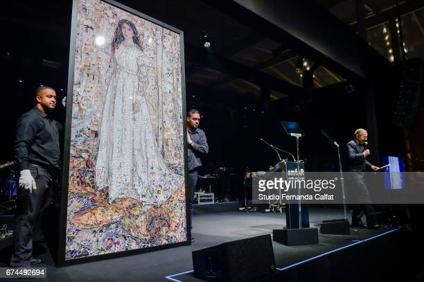 Simon De Pury auction Vik Muniz's art during the 7th Annual amfAR Inspiration Gala on April 27 2017 in Sao Paulo Brazil