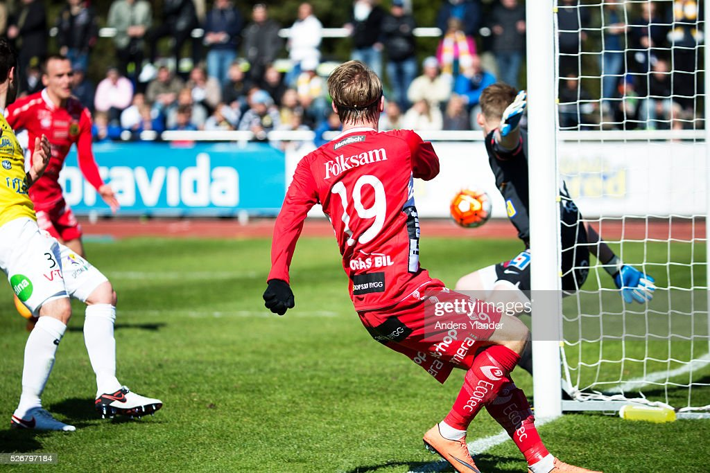 Simon Hedlund of IF Elfsborg scores (0-1) during the Allsvenskan match between Falkenbergs FF and IF Elfsborg at Falkenbergs IP on May 1, 2016 in Falkenberg, Sweden.