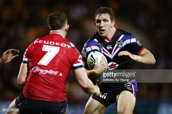 Simon Mannering of the Warriors makes a run at Jackson Hastings of the Roosters during the round 15 NRL match between the New Zealand Warriors and...