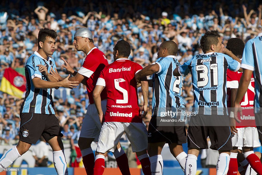 Simon of Gremio discuss with <a gi-track='captionPersonalityLinkClicked' href=/galleries/search?phrase=Leandro+Damiao&family=editorial&specificpeople=7145241 ng-click='$event.stopPropagation()'>Leandro Damiao</a> of Internacional during a match between Gremio and Internacional as part of the Brasilian Championship Serie A at Olimpico Stadium on December 02, 2012 in Porto Alegre, Brazil.