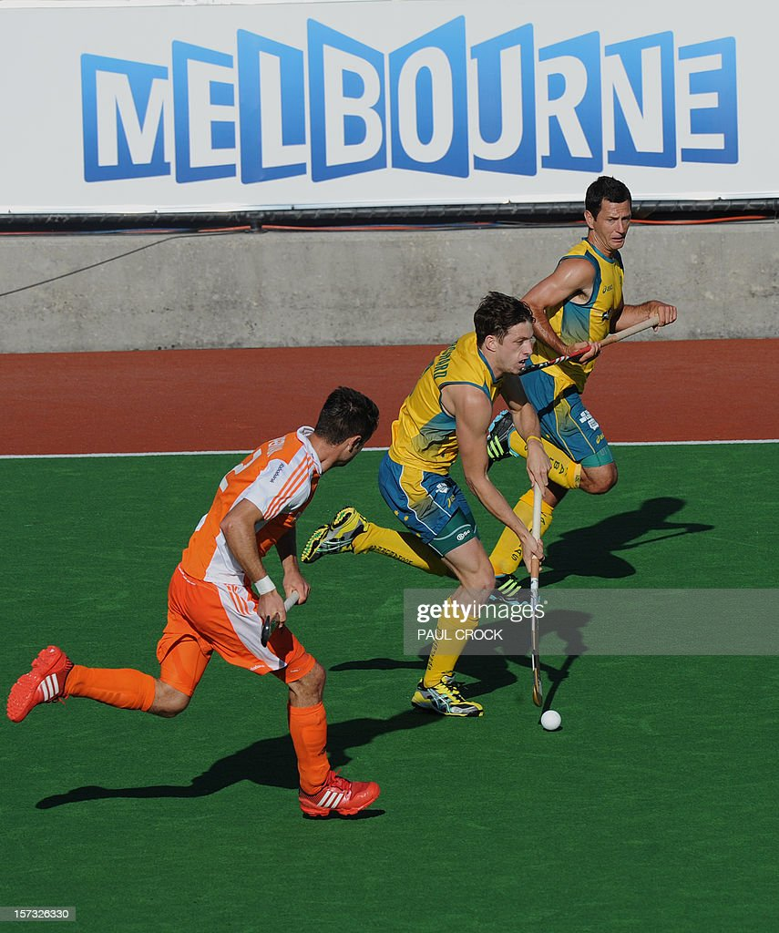 Simon Orchard of Australia (C) takes a run down the pitch during their Pool B match against the Netherlands at the Men's Hockey Champioships Trophy in Melbourne on December 2, 2012. IMAGE STRICTLY RESTRICTED TO EDITORIAL USE - STRICTLY NO COMMERCIAL USE AFP PHOTO/Paul CROCK