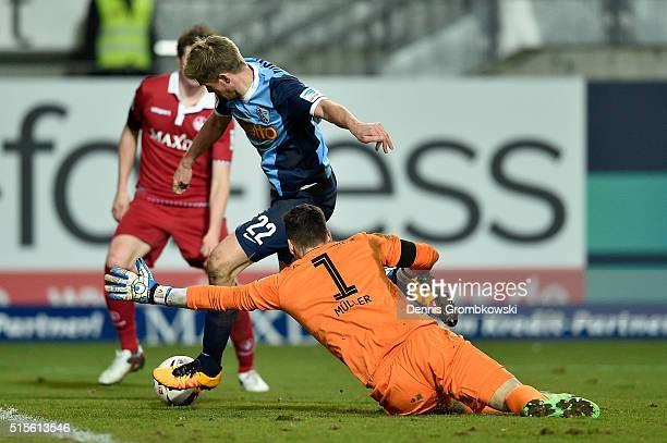 Simon Terodde of VfL Bochum scores the second goal during the Second Bundesliga match between 1 FC Kaiserslautern and VfL Bochum at...