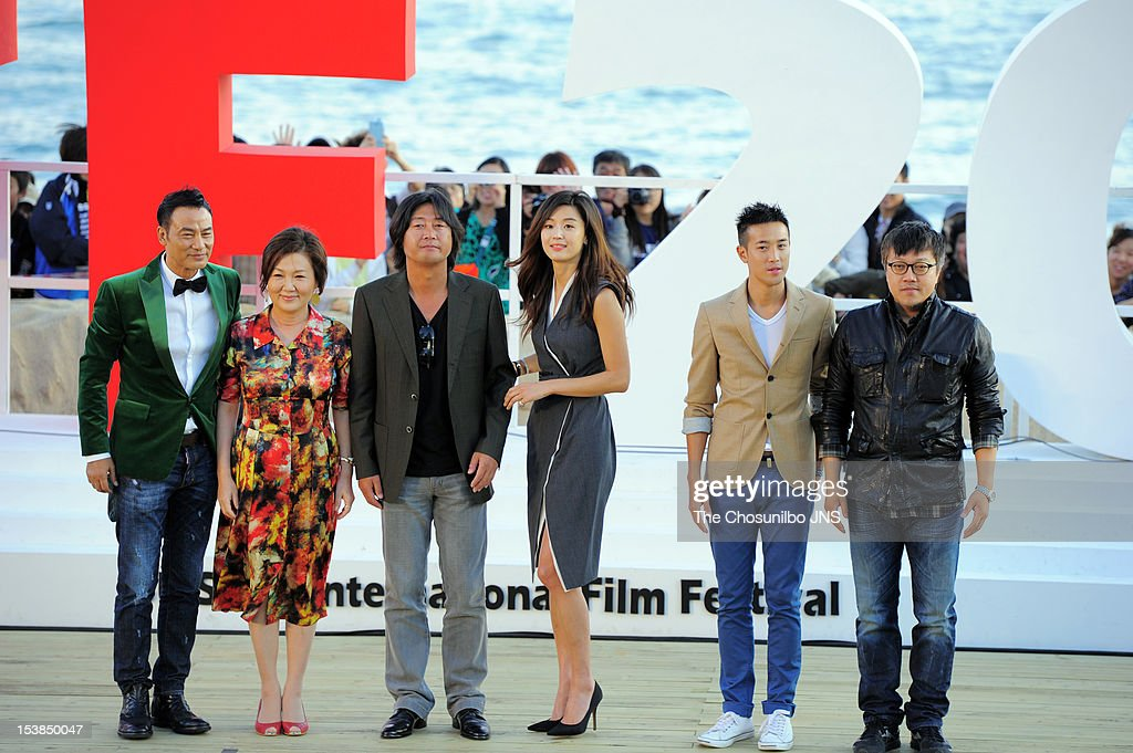 <a gi-track='captionPersonalityLinkClicked' href=/galleries/search?phrase=Simon+Yam&family=editorial&specificpeople=560050 ng-click='$event.stopPropagation()'>Simon Yam</a>, <a gi-track='captionPersonalityLinkClicked' href=/galleries/search?phrase=Kim+Hae-Sook&family=editorial&specificpeople=5628320 ng-click='$event.stopPropagation()'>Kim Hae-Sook</a>, Kim Yun-Seok, Jeon Ji-Hyun, Derek Tsang, and director Choi Dong-Hoon attend Outdoor Greeting of 'The Thieves' during the 17th Busan International Film Festival (BIFF) at the Haeundae Beach BIFF Village on October 7, 2012 in Busan, South Korea.