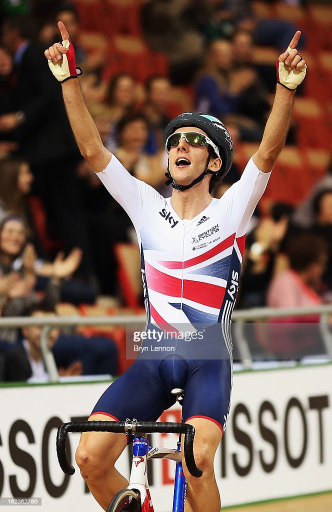 <a gi-track='captionPersonalityLinkClicked' href=/galleries/search?phrase=Simon+Yates+-+Ciclista&family=editorial&specificpeople=13316516 ng-click='$event.stopPropagation()'>Simon Yates</a> of Great Britain celebrates winning the Men's Points Race on day three of the 2013 UCI Track World Championships at the Minsk Arena on February 22, 2013 in Minsk, Belarus.