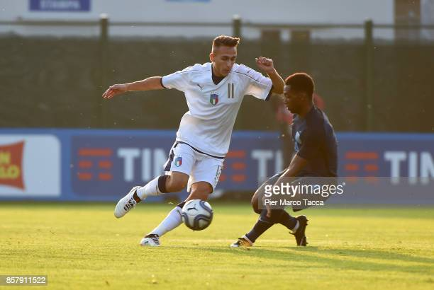 Simone Edera of Italy U20 competes for the ball with Adetayo Edun of England U20 during the 8 Nations Tournament match between Italy U20 and England...