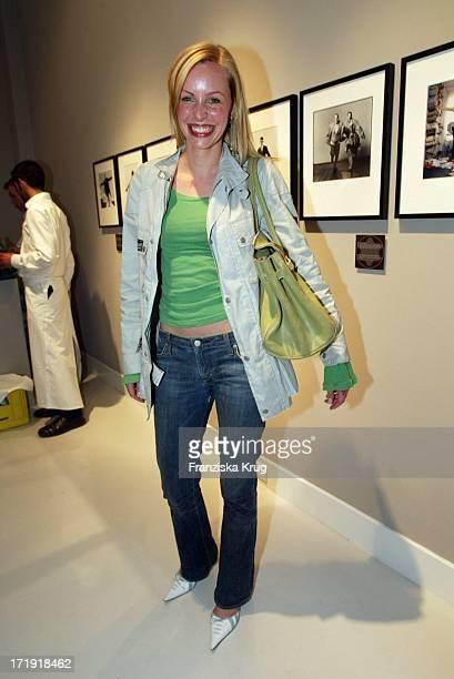 Simone Hanselmann Bei Der Eröffnung Einer Montblanc Fotoausstellung In Der Qvest Galerie In Berlin