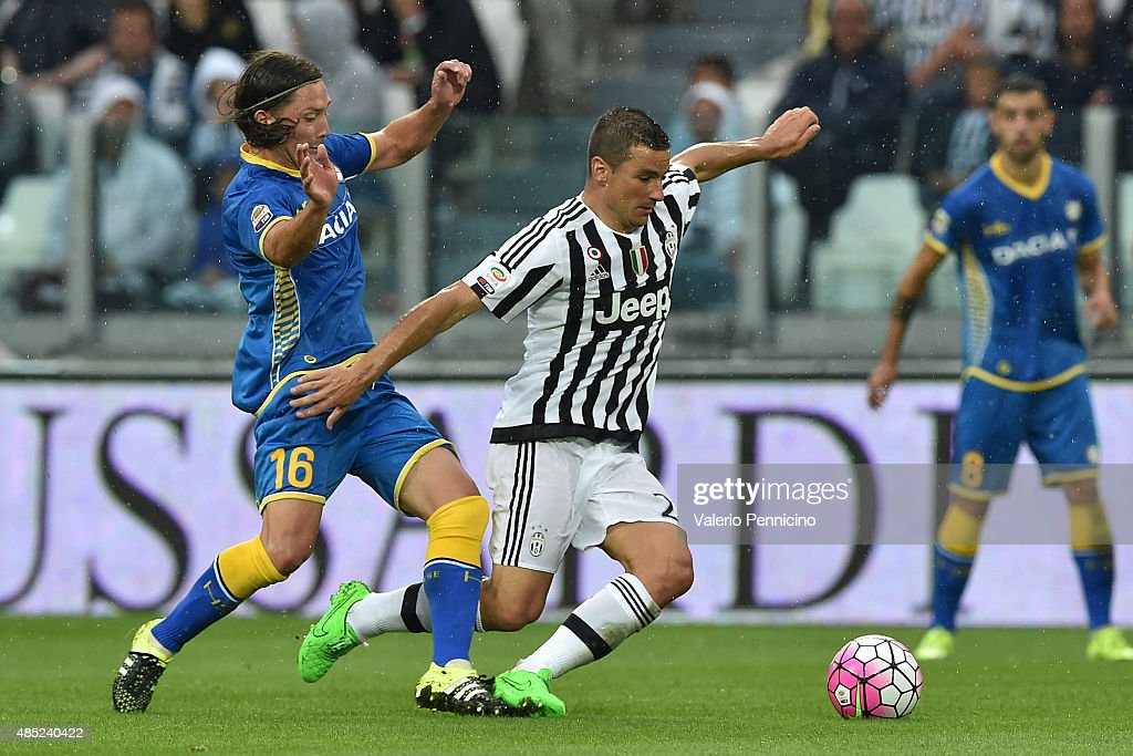 <a gi-track='captionPersonalityLinkClicked' href=/galleries/search?phrase=Simone+Padoin&family=editorial&specificpeople=3208439 ng-click='$event.stopPropagation()'>Simone Padoin</a> (R) of Juventus FC is challenged by Manuel Iturra of Udinese Calcio during the Serie A match between Juventus FC and Udinese Calcio at Juventus Arena on August 23, 2015 in Turin, Italy.