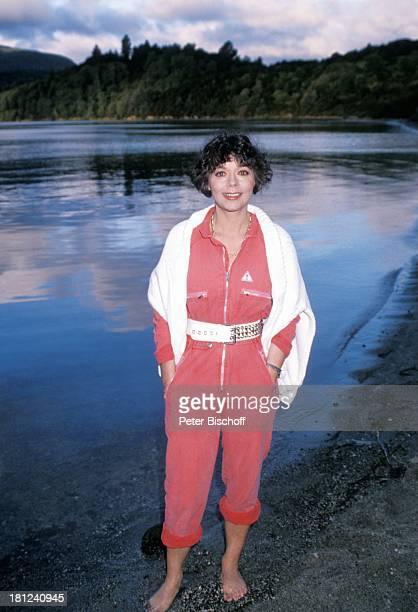 Simone Rethel PRO 7 Serie 'Glueckliche Reise ' Folge 10 'Neuseeland' Rotorua/Neuseeland TaraweraSee barfuss Schauspielerin Promis Prominente...