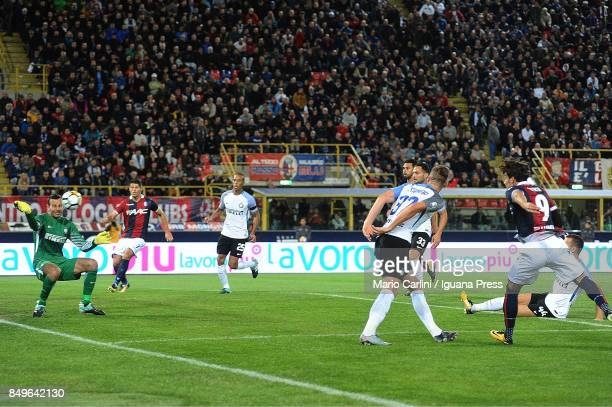 Simone Verdi of Bologna FC takes a shot during the Serie A match between Bologna FC and FC Internazionale at Stadio Renato Dall'Ara on September 19...