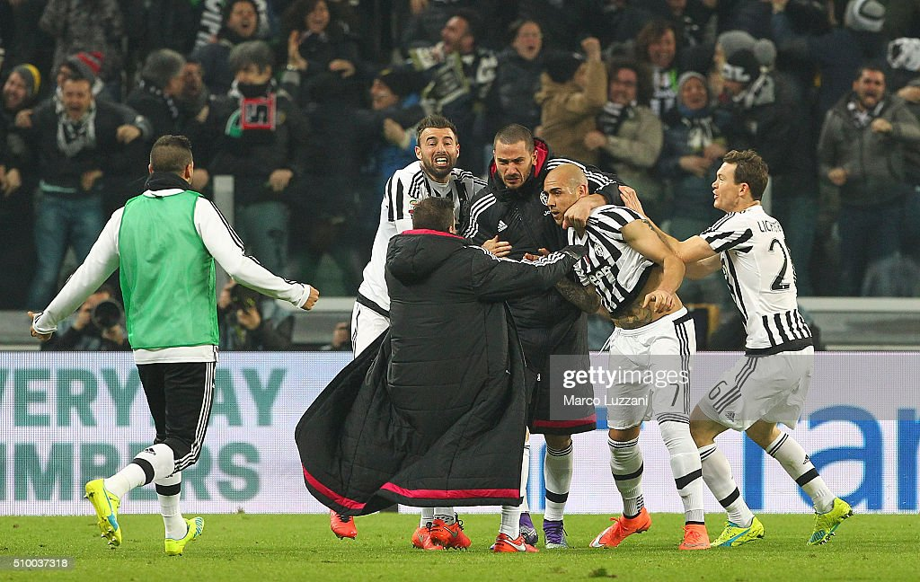 <a gi-track='captionPersonalityLinkClicked' href=/galleries/search?phrase=Simone+Zaza&family=editorial&specificpeople=9680372 ng-click='$event.stopPropagation()'>Simone Zaza</a> (2nd R) of Juventus FC celebrates with his team-mates after scoring the opening goal during the Serie A match between and Juventus FC and SSC Napoli at Juventus Arena on February 13, 2016 in Turin, Italy.