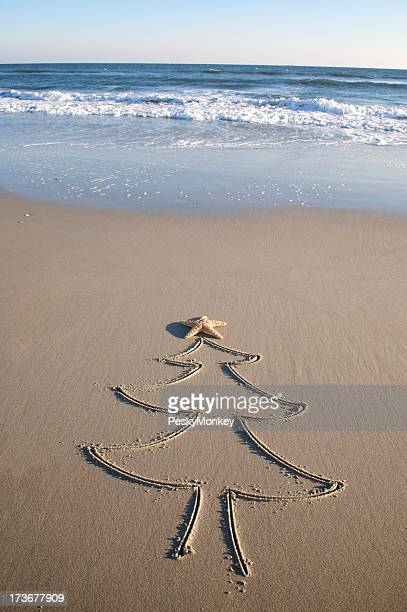 Simple arbre de Noël en bord de mer sur la plage de dessin