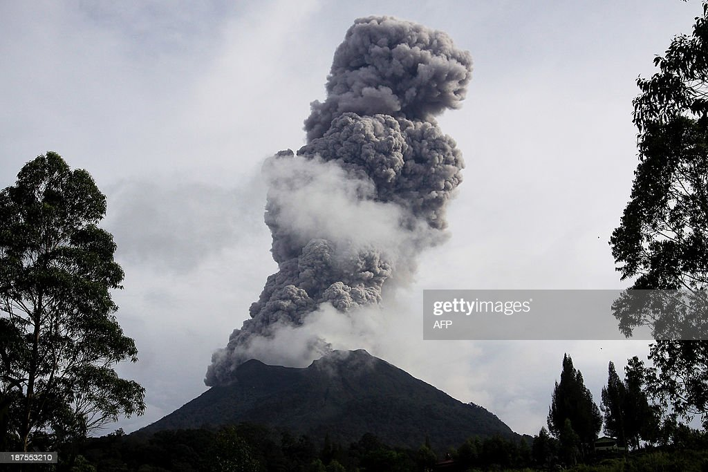 Sinabung volcano erupts and spews hot smoke in Karo on November 10, 2013. Sinabung volcano erupted twice on November 10 with no casualties. About 1,710 people have been evacuated since Mount Sinabung in western Indonesia spectacularly erupted, according to Indonesia's Disaster Mitigation Agency. AFP PHOTO / KHARISMA TARIGAN