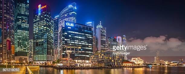 Singapur CBD neon Nacht futuristische Wolkenkratzer mit Blick auf die Marina Bay panorama