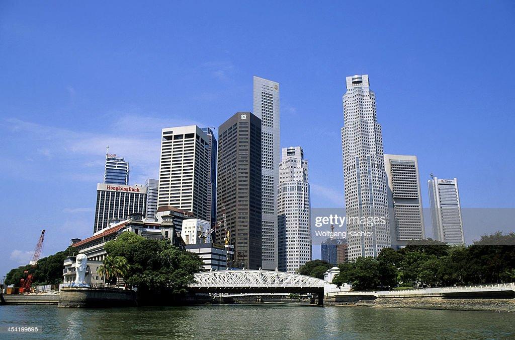 Singapore, Merlion Park, Anderson Bridge And Skyline.
