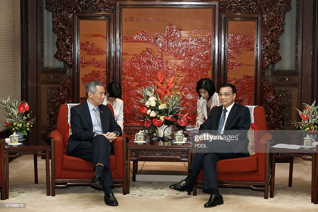 Singapore Prime Minister Lee Hsien Loong (L) and Chinese Vice Premier Li Keqiang (R) chat during their meeting at the Ziguangge Pavilion in the Zhongnanhai leaders' compound in Beijing on September 7, 2012. Lee is on an official six-day visit to China. AFP PHOTO / POOL / Lintao Zhang
