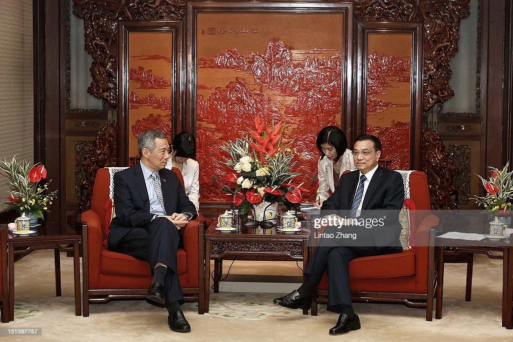 Singapore Prime Minister Lee Hsien Loong (L) and Chinese Vice-Premier Li Keqiang (R) chat during their meeting at the Ziguangge Pavilion in the Zhongnanhai leaders' compound on September 7, 2012 in Beijing, China.On the afternoon of September 2, Singapore Prime Minister Lee Hsien Loong arrived in Chengdu, Sichuan, began a six-day official visit to China.
