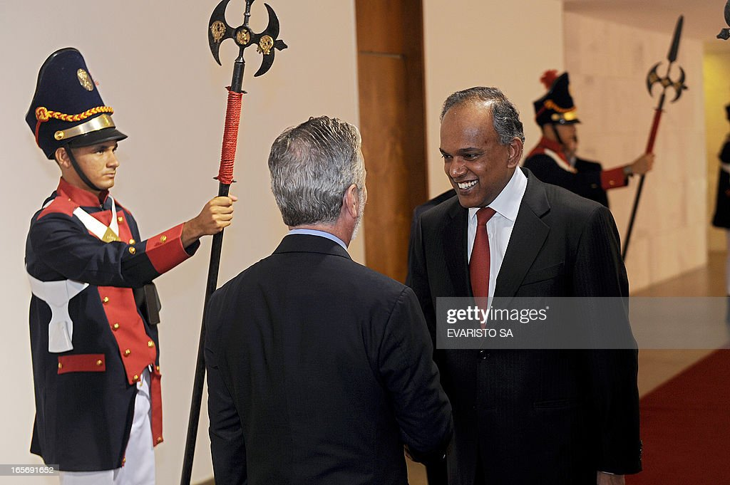 Singapore's Foreign Affairs Minister Seetha Shanmugan (R) and his Brazilian counterpart Antonio Patriota shake hands before a meeting at Itamaraty Palace in Brasilia, on April 05, 2013. Shanmugan is on 2-day visit to Brazil. AFP PHOTO / Evaristo SA