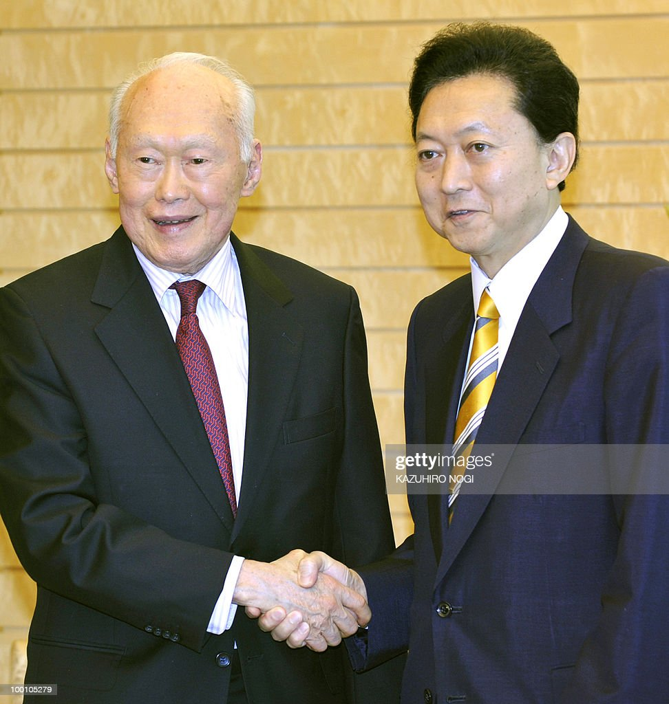 Singapore's former prime minister Lee Kuan Yew (L) is welcomed by Japanese Prime Minister Yukio Hatoyama at the latter's official residence in Tokyo on May 21, 2010. Lee is here to attend a Tokyo business conference entitled 'The Future of Asia.' AFP PHOTO / POOL / Kazuhiro NOGI
