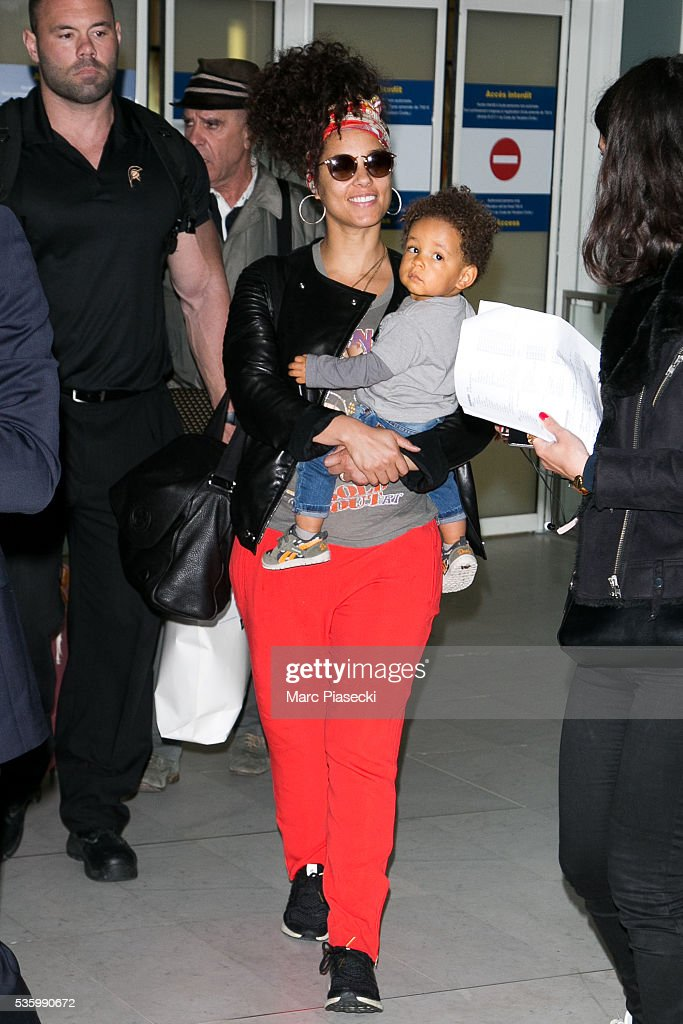Singer Alicia Keys and her son Genesis Ali Dean arrive at Charles-de-Gaulle airport on May 31, 2016 in Paris, France.