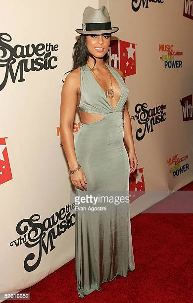 Singer Alicia Keys arrives at 'Save The Music A Concert To Benefit The VH1 Save The Music Foundation' at the Beacon Theater April 11 2005 in New York...