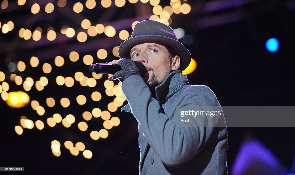 Singer and songwriter Jason Mraz performs at the concert during the 90th National Christmas Tree Lighting Ceremony on the Ellipse behind the White House on December 6, 2012 in Washington, DC. This year is the 90th annual National Christmas Tree Lighting Ceremony.