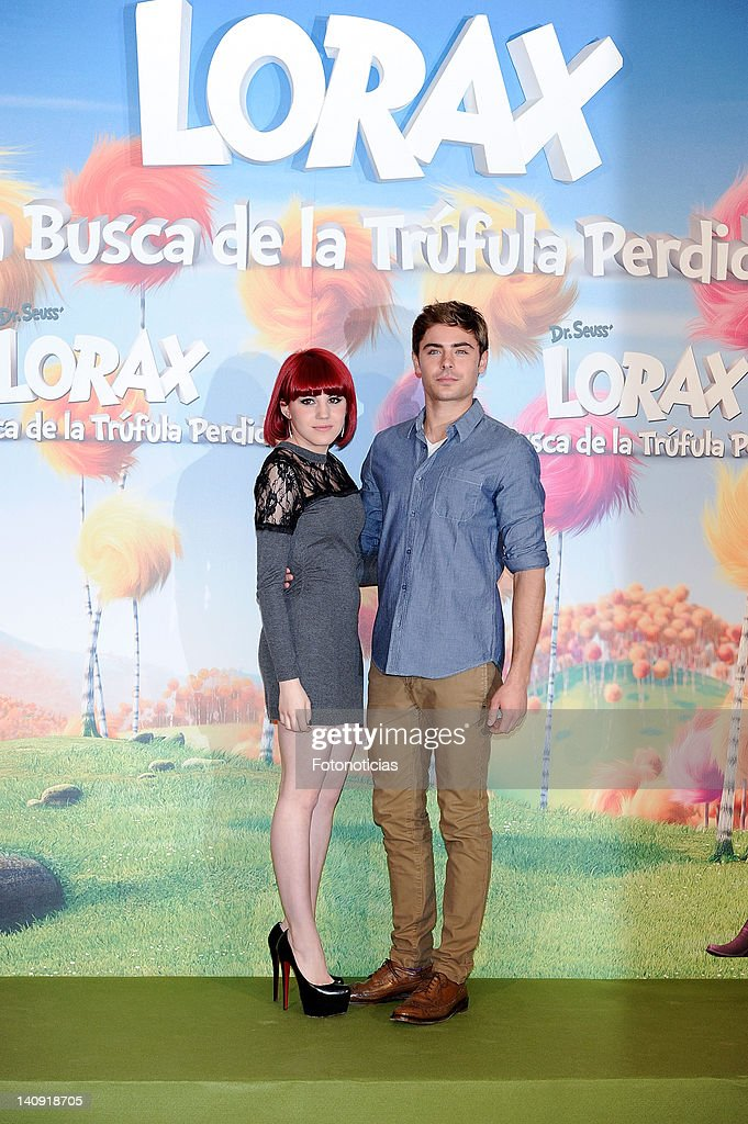¿Cuánto mide Angy Fernández? - Altura Singer-angy-and-actor-zac-efron-attend-a-photocall-for-dr-seuss-the-picture-id140918705