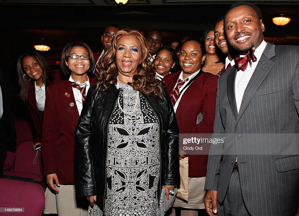 Singer Aretha Frankin (C) poses with students prior to attending a performance of 'A Streetcar Named Desire' at The Broadhurst Theatre on June 1, 2012 in New York City.