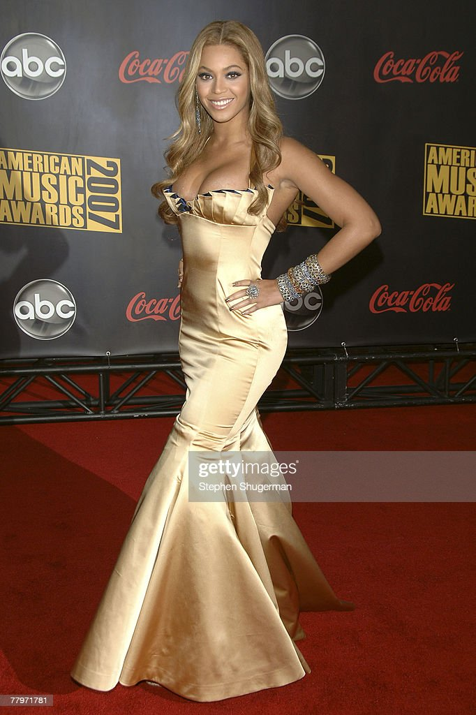 Singer Beyonce Knowles arrives at the 2007 American Music Awards held at the Nokia Theatre L.A. LIVE on November 18, 2007 in Los Angeles, California.