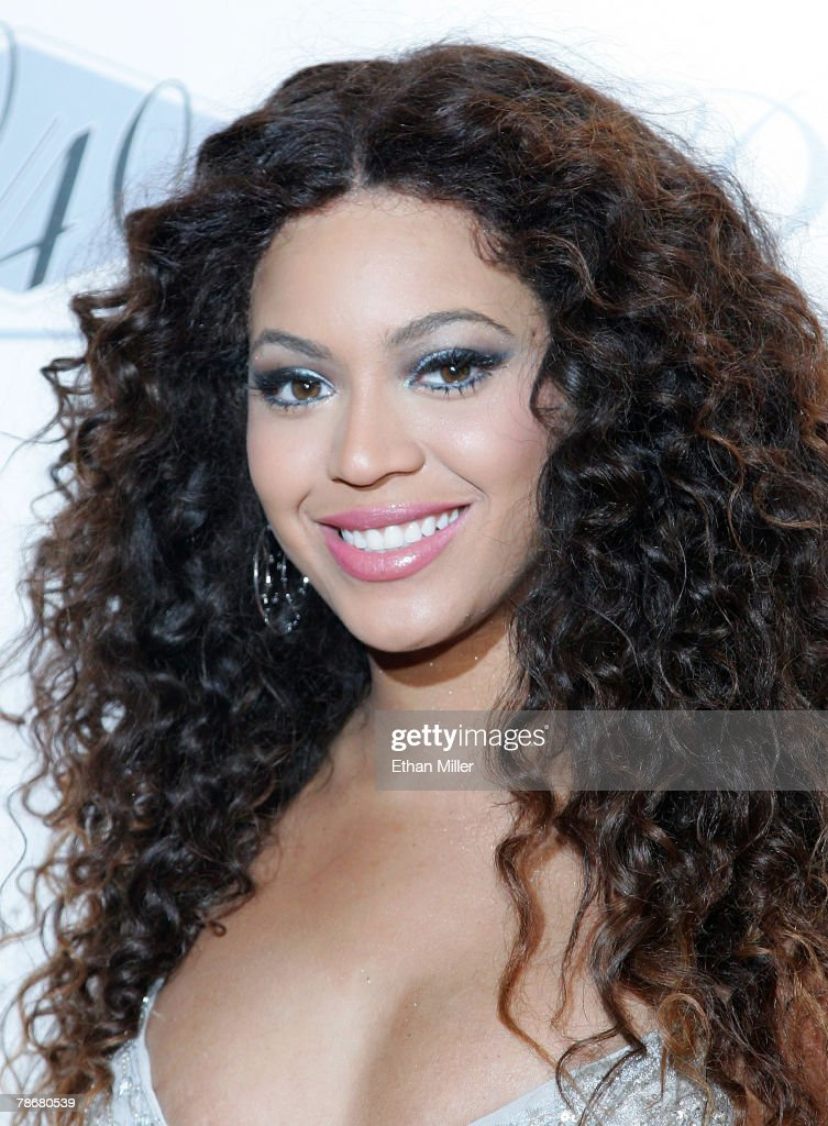 Singer <a gi-track='captionPersonalityLinkClicked' href=/galleries/search?phrase=Beyonce+Knowles&family=editorial&specificpeople=171204 ng-click='$event.stopPropagation()'>Beyonce Knowles</a> arrives at the opening of Jay-Z's USD 20 million 40/40 Club, a 24,000-square-foot sports bar and lounge at The Palazzo Resort-Hotel-Casino early December 31, 2007 in Las Vegas, Nevada.