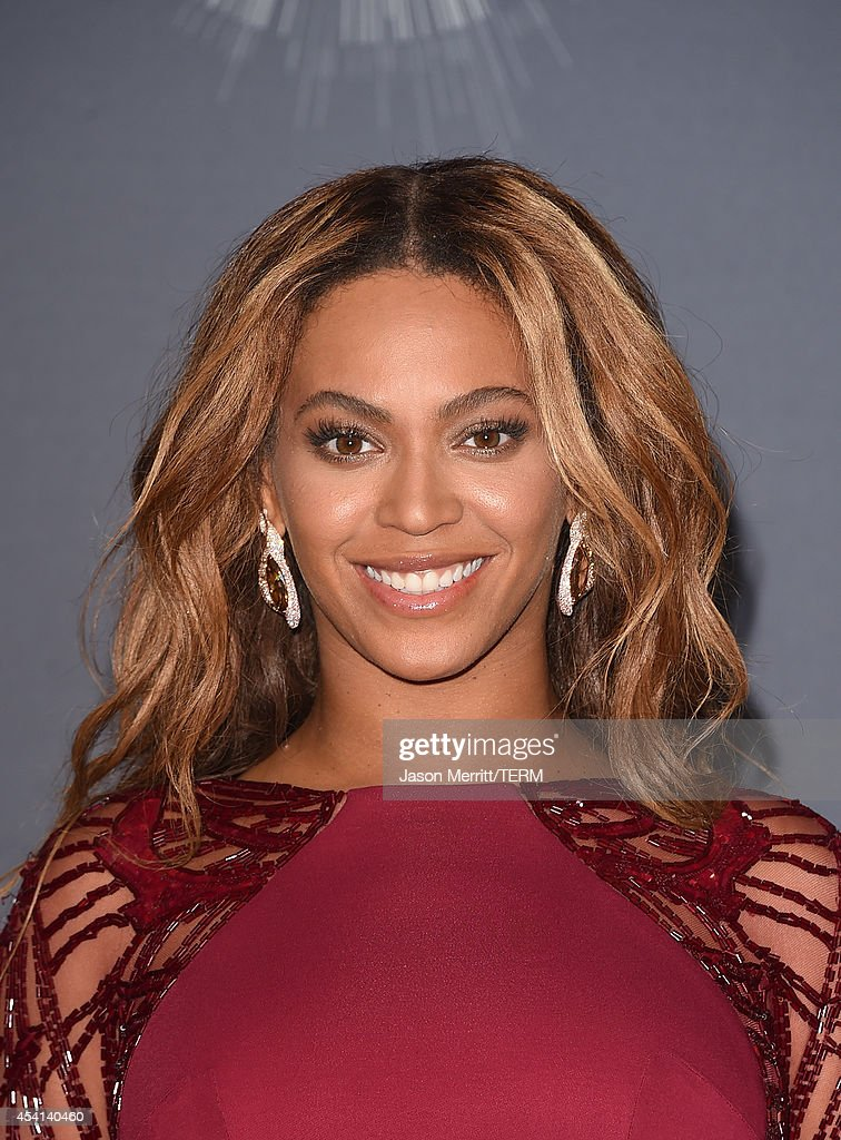 Singer Beyonce recipient of the Michael Jackson Video Vanguard Award poses in the press room during the 2014 MTV Video Music Awards at The Forum on...