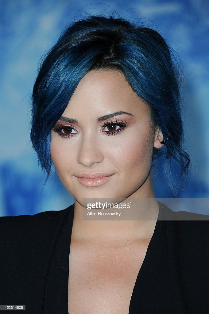 Singer <a gi-track='captionPersonalityLinkClicked' href=/galleries/search?phrase=Demi+Lovato&family=editorial&specificpeople=4897002 ng-click='$event.stopPropagation()'>Demi Lovato</a> arrives at the Los Angeles premiere of Disney's 'Frozen' at the El Capitan Theatre on November 19, 2013 in Hollywood, California.