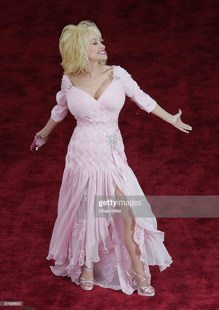 Singer Dolly Parton arrives at the 78th Annual Academy Awards at the Kodak Theatre March 5, 2006 in Hollywood, California.