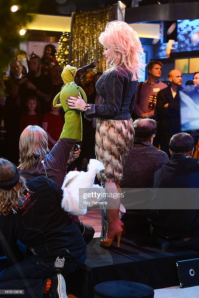 Singer Dolly Parton (R) performs with Kermit The Frog at the 'Good Morning America' taping at the ABC Times Square Studios on November 27, 2012 in New York City.