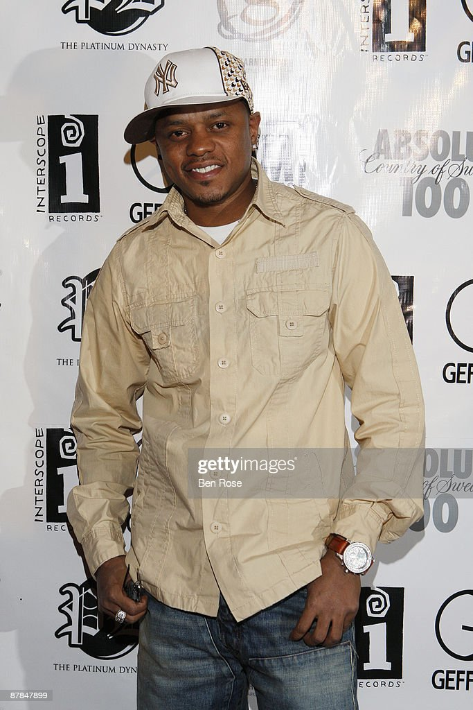 Singer Donell Jones attends The Absolut 100 Luxury Preview Style for the BET Hip Hop Awards 2007 at Opera on October 12, 2007 in Atlanta, GA.