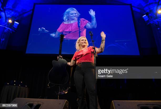 Singer Elle King performs during the TJ Martell 42nd Annual New York Honors Gala at Guastavino's on October 17 2017 in New York City
