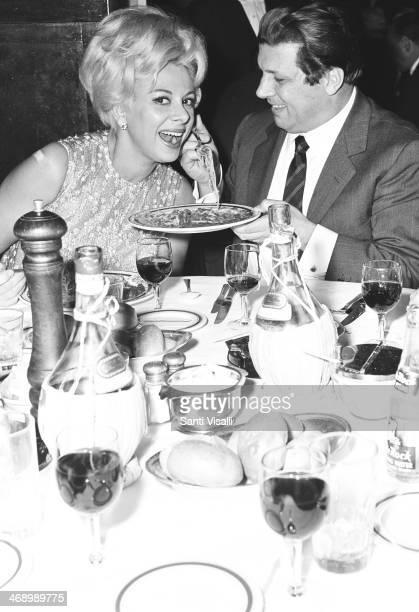 Singer Gianni Raimondi eating pasta with actress Sandra Milo on November 10 1966 in New York New York